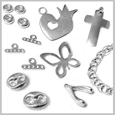 Μεγαλή ποικιλία σε υλικά για μπομπονιέρες, κοσμήματα, λάμπαδες. Ανακαλύψτε και διακοσμήστε τα κοσμήματα σας, τις μπομπονιέρες και τα γούρια σας με την λάμψη των στοιχείων από Ασήμι 925. Βρείτε στη μεγάλη μας συλλογή ιδιαίτερα ασημένια στοιχεία, αλυσίδες και χάντρες. Αλυσίδες και τεχνικά στοιχεία που θα ολοκληρώσουν τις δημιουργίες σας.