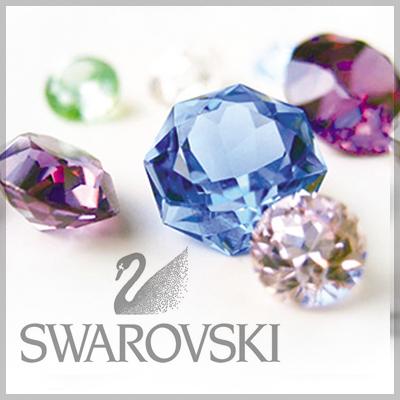 Los cristales de Swarovski son uno de los materiales más preciados en el mundo. En Nikolis Group tenemos un amplio catálogo de cuentas y abalorios de cristales de Swarovki. En forma de piedras planas para pegar, colgantes, entrepiezas y otra multitud de formas y varios colores a elegir. De calidad superior, los abalorios de cristal de Swarovki són útiles par el sector de las manualidades y bisutería. Con estos charms crearás todo tipo de bisutería realizada con abalorios de cristales de Swarovski.