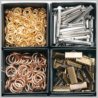 Στο e-shop υλικών χονδρικής της Nikolis Group,θα βρείτε τεράστια ποικιλία από μεταλλικά εξαρτήματα για κόσμημα & μεταλλικά τεχνικά στοιχεία κοσμημάτων.Γράνες,ακροδέκτες,τελειώματα,κουμπώματα,καβουράκια,στοπάκια,κρικάκια,βάσεις για μπρελόκ,δαχτυλίδια,σκουλαρίκια,καρφίτσες,θα αποτελέσουν εξαιρετικής ποιότητας πρώτες ύλες για κόσμημα,υλικά μόδας & αξεσουάρ.Χωρίς Νικέλιο & Μόλυβδο,αντιαλλεργικά εξαρτήματα που θα χρησιμοποιήσετε σαν υλικά κατασκευής για κολιέ,βραχιόλια,σκουλαρίκια & κάθε χειροποίητη κατασκευή.